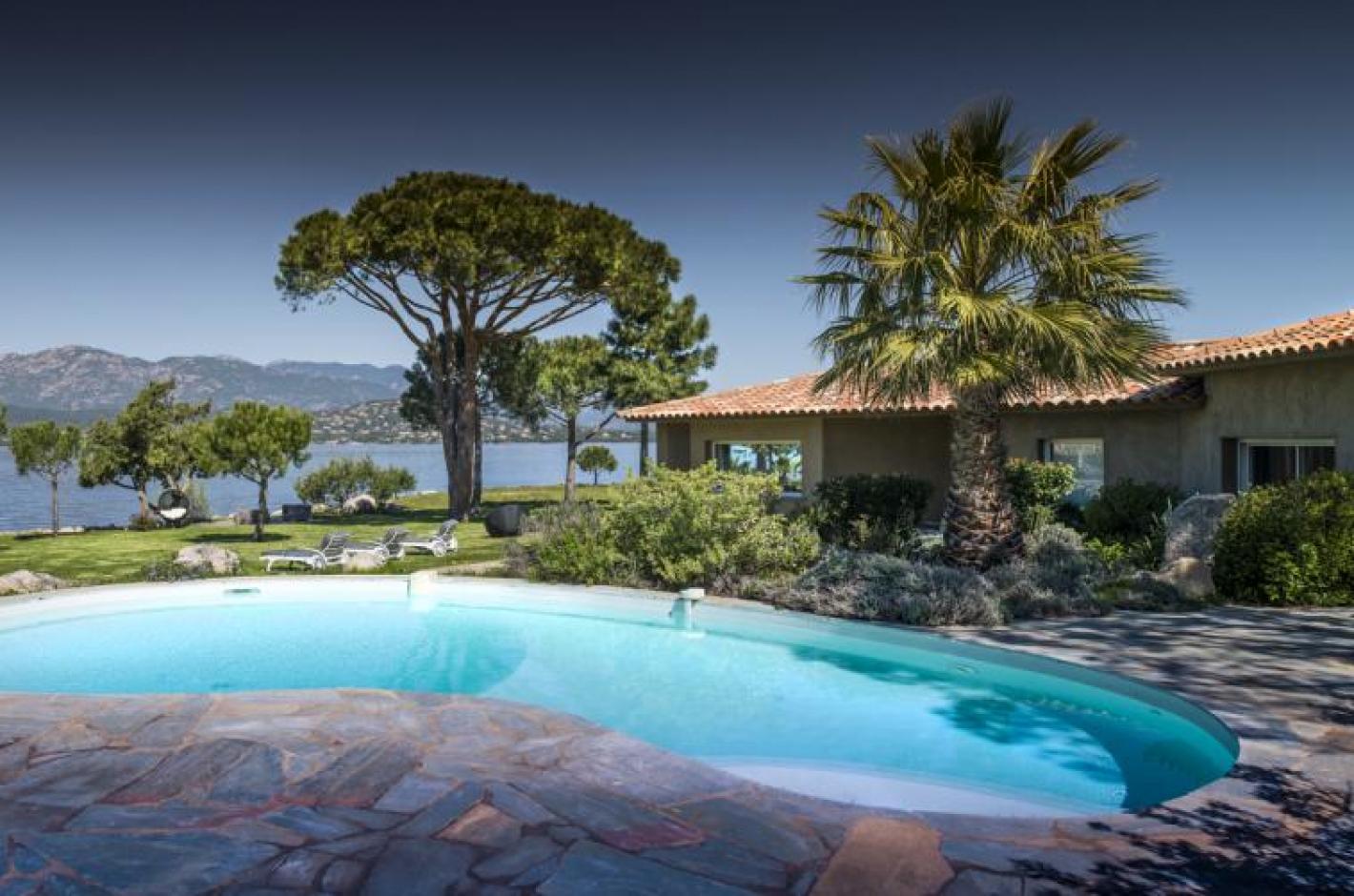 Villa pieds dans l 39 eau proche avec piscine priv e porto for Villa a louer en corse du sud avec piscine