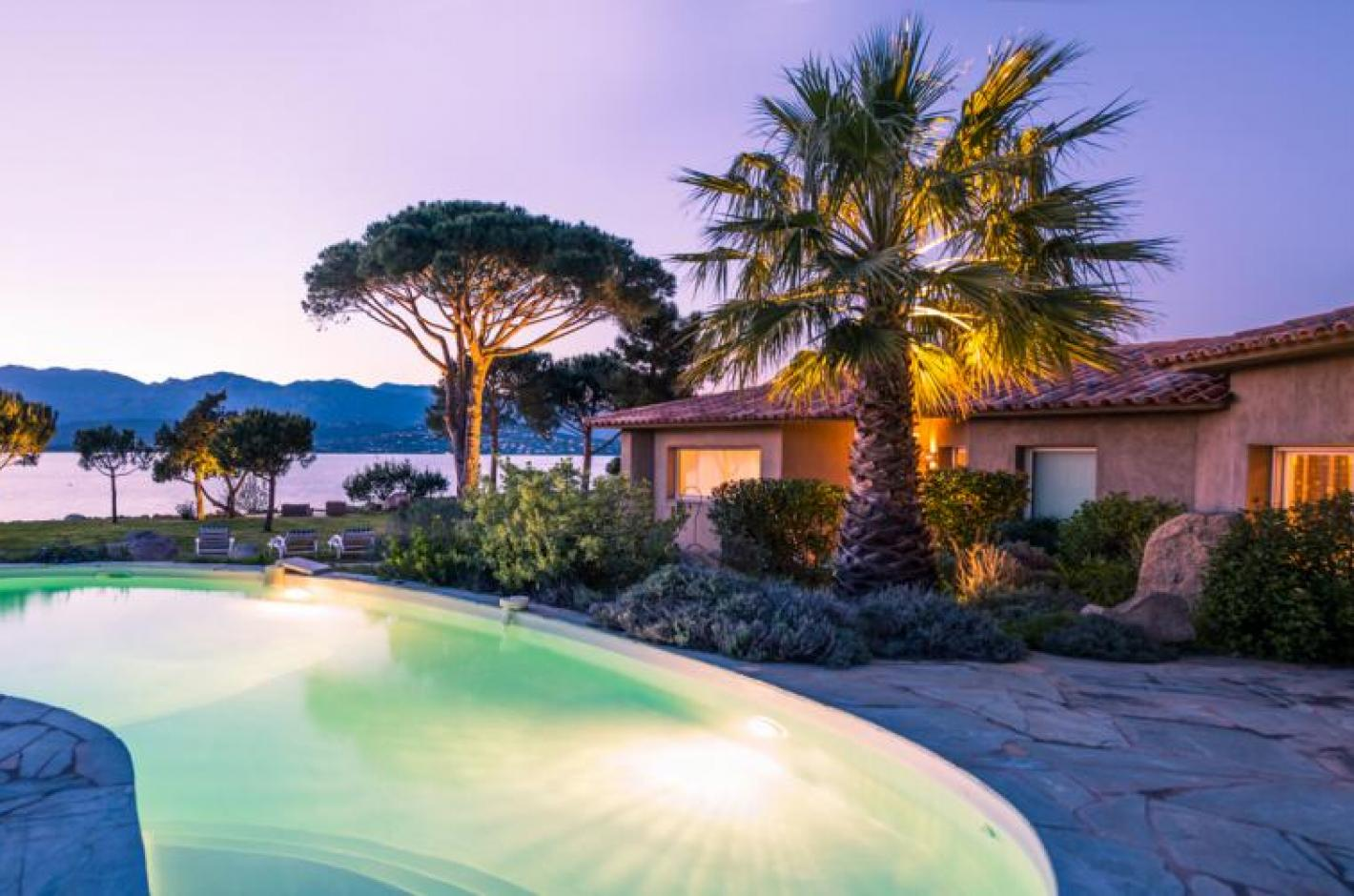 Villa pieds dans l 39 eau proche avec piscine priv e porto for Villa avec piscine en corse